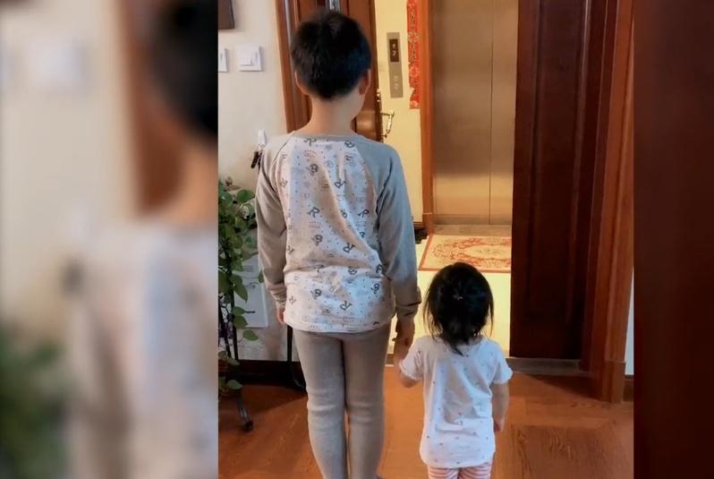 爸爸出差回到家,没想到一双儿女在门口欢迎自己,爸爸忍不住落泪