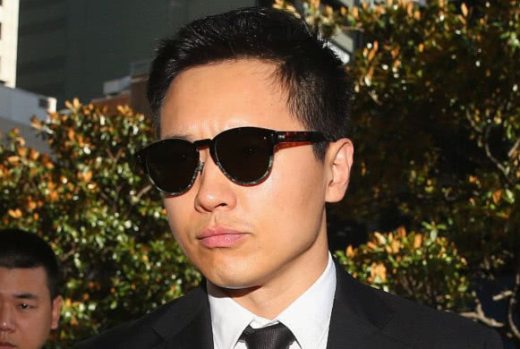 高云翔案正式庭审,本尊黑墨镜遮面一脸严肃,否认了所有指控