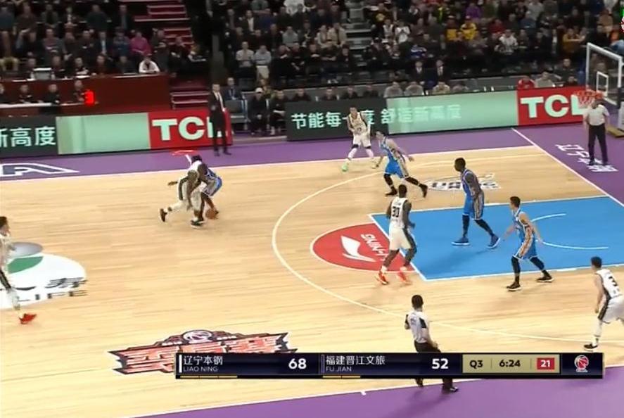 CBA有趣一幕:福建男篮主教练找裁判,要求判自己的队员犯规
