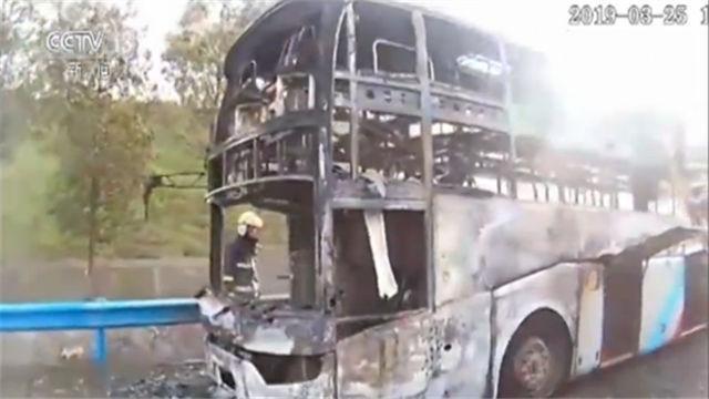 千钧一发!大火即将燃起之际 轿车司机救下大客车上42名乘客