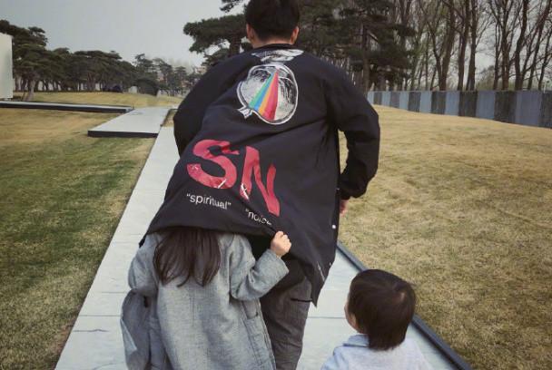 黄磊晒春游照片,多妹和弟弟跟在爸爸身后跑,抢着往他衣服里钻!