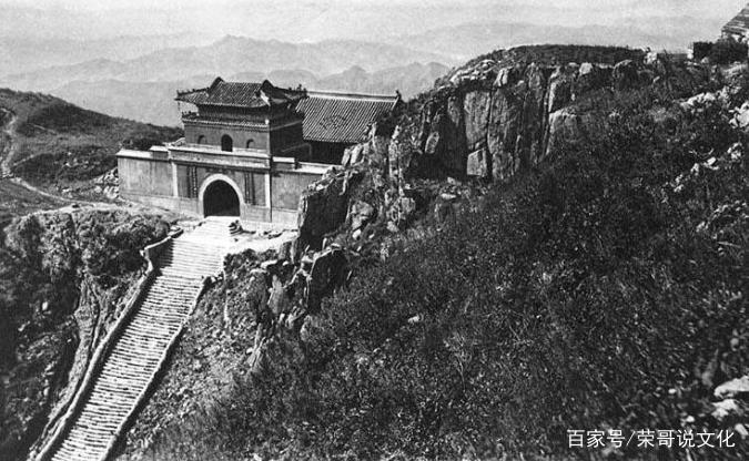 這是在百年前的山東青島,那時候還是在德國的統治之下的。照片中可以看到一個人力車夫正停在路邊向鏡頭望去,他的臉上寫滿了心酸。  這是那時候山東曲阜孔林中的萬古長春坊。象征著孔子和他的子孫以及儒學的文化能夠長久的發展下去。  這是一位外國攝影師在1913年拍攝的,地點在山東的樂陵附近。照片中在一棵枯萎大樹的前邊,占了很多人,應該是對拍照的人矚目望去的。  這是百年前山東泰山的南天門,那時候的山更陡峭一些,南天門看起來更加的壯觀。  這也是百年前山東的農村地區,在一棟矮小的土房子旁邊,站著兩個穿著破舊的男子,