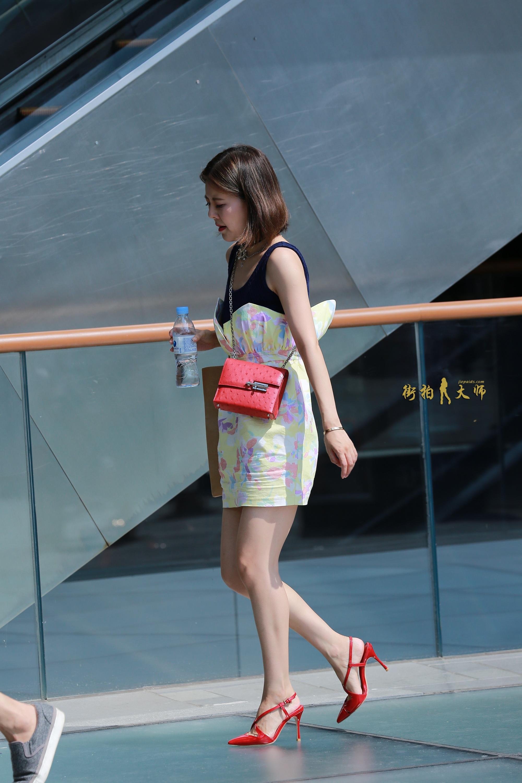 街拍;图一,浅蓝色毛线中长裙,侧面身形好美丽