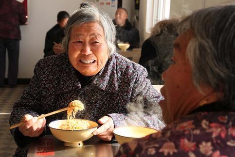 """农村退休老人面对""""三无""""困境,该如何养老?"""
