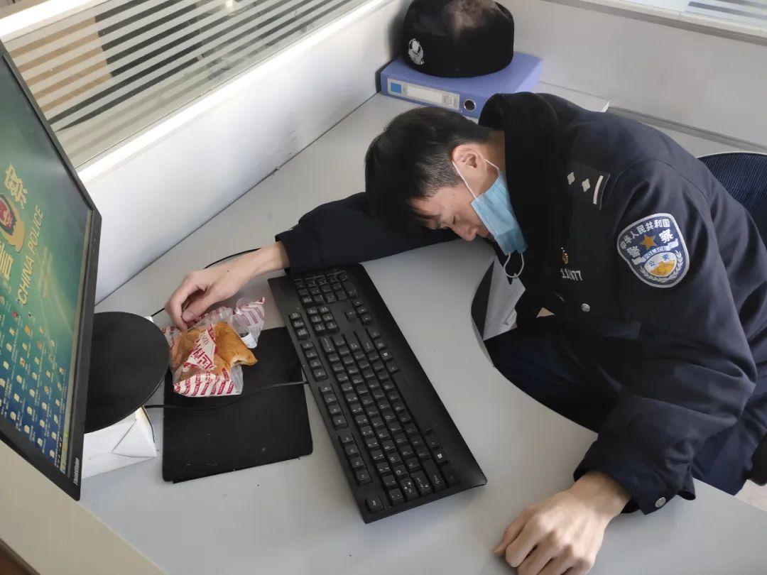 警察丈夫和医生妻子的睡姿