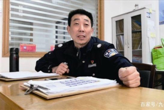 他撞脸王千源没靠脸吃饭!56岁还是辅警,却为六百人解决就业问题