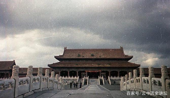 图为刚解放后故宫的金銮殿老照片,看起来特别庄严肃穆,气势恢宏.