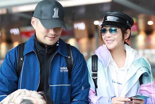 严宽夫妇携手走机场,34岁杜若溪一袭渐变色拼接风衣美成24岁
