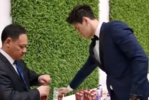 44岁奥运冠军占旭刚出席活动,官至副厅级,孙杨主动为他拧瓶盖!
