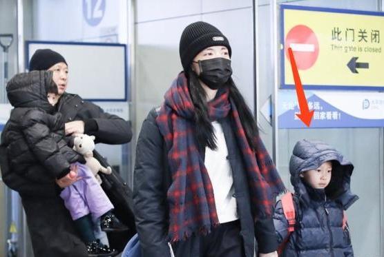 姚晨一家低调现身机场,一身黑色装扮略显压抑,手上金镯子很抢镜