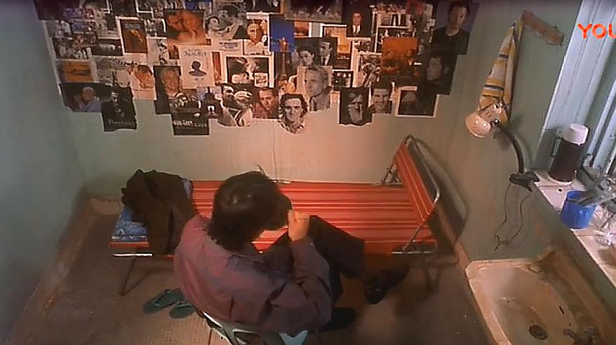 《喜剧之王》一个人小屋里低头吃着盒饭,星爷的龙套生涯属实心酸