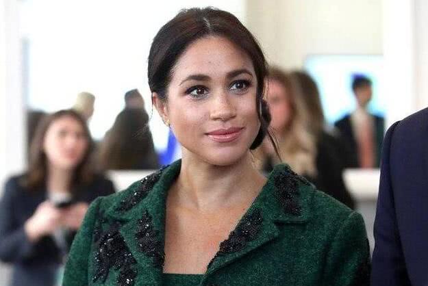 同样是穿墨绿色:梅根模仿嫂子凯特穿风衣,差距一目了然