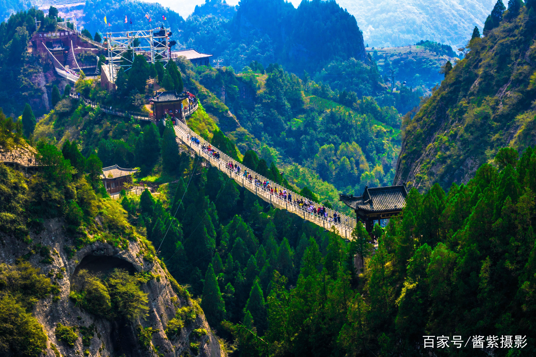 玻璃悬索桥,架在两山之间,全程300米,玻璃栈道150米.图片