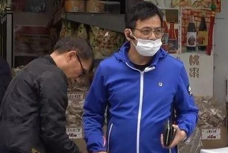 """58岁黄日华胖出大肚腩,失去""""乔峰""""风采,任劳任怨照顾病妻多年"""