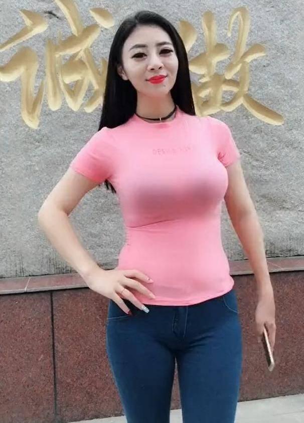 少妇粉色穴_街拍:丰腴微胖少妇,一袭黑色露单肩时尚连衣裙,风韵犹存太诱人