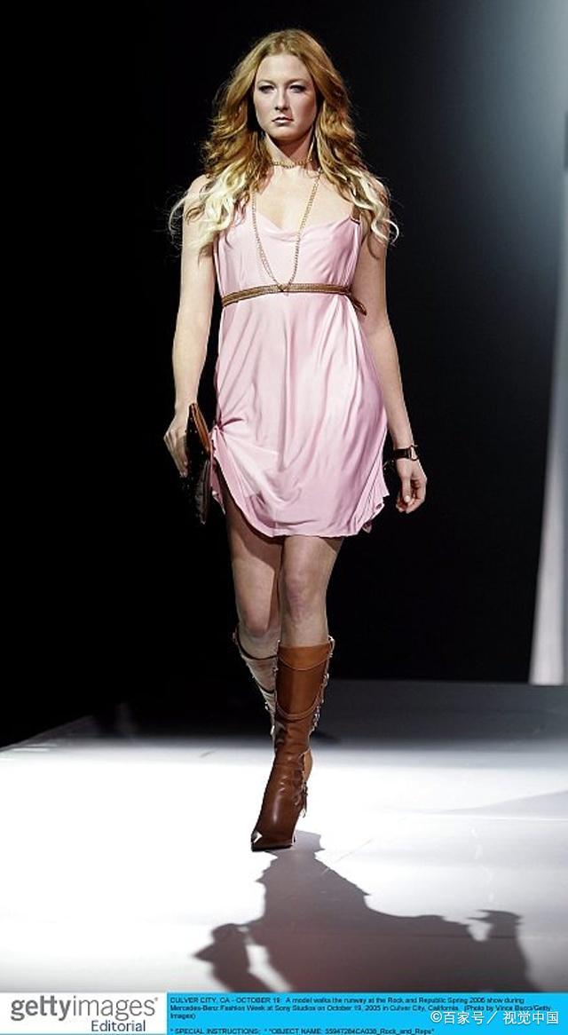 图中模特的穿搭可爱甜美动人,你喜欢吗