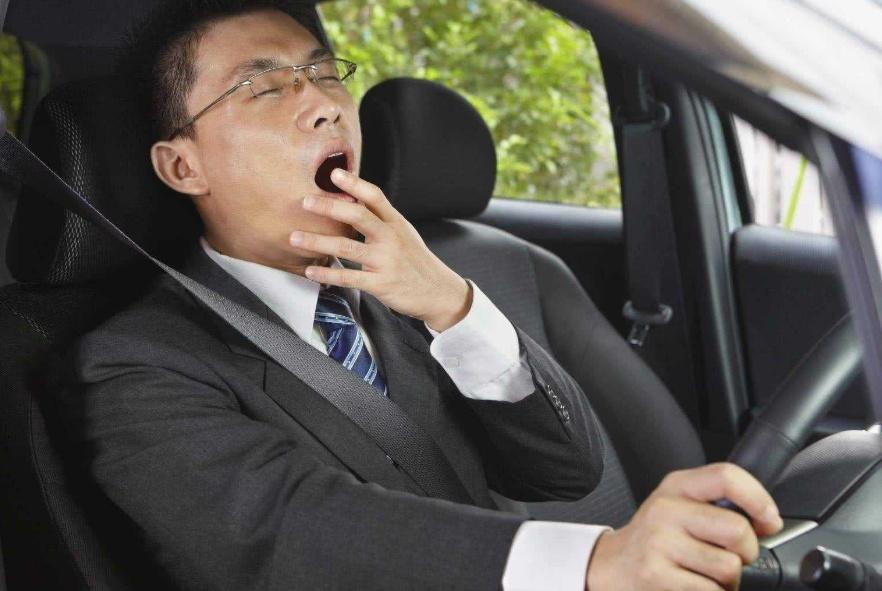 """长途开车""""犯困""""咋办?老司机都用这一招,车友:很管用!"""