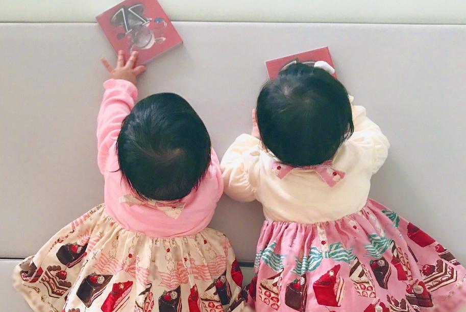 谢娜双胞胎女儿周岁生日,何炅爆抓周集体泪目,维嘉:抓了啥?