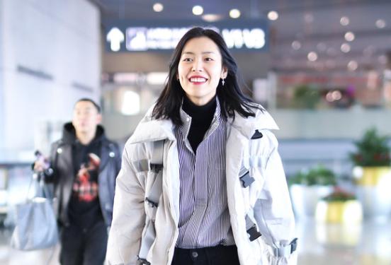 冬天穿什么?向超模刘雯学习,衬衫套羽绒服也能很显瘦
