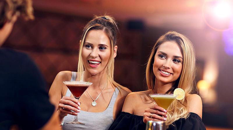为什么去俄罗斯旅游不能和当地美女喝酒?导游:到时候你就清楚了