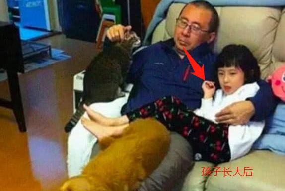 爸爸坚持每年和女儿拍照,记录10年间的变化,网友:宠物都老了
