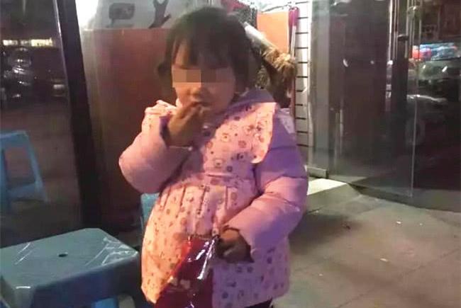 人贩子抱5岁女孩坐公交,孩子说了三个字,乘客合力解救孩子
