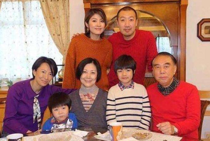 46岁陈慧琳再翻红!身材好到爆似少女!两儿子近照呆萌像妈妈!