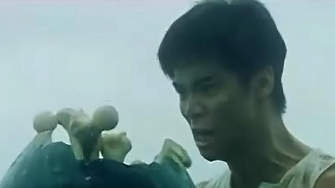 """人吓鬼:小伙为驱鬼摔""""古塔"""",没想到竟摔错人了"""