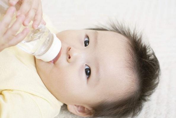 国际专家指出:月子里的新生儿喂水,易存在以下风险!