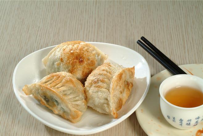 做水煎饺时,可直接下锅煎,多加1样东西,饺子又香又酥脆