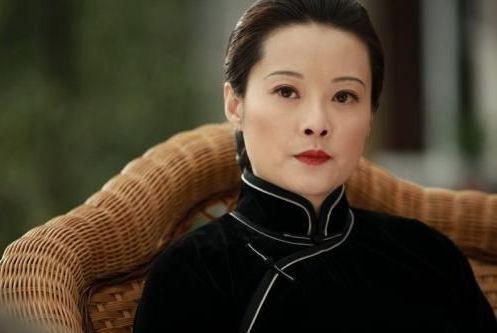 袁立新婚后被邀请再次出演宋庆龄,当年第一次演宋庆龄就已经好美