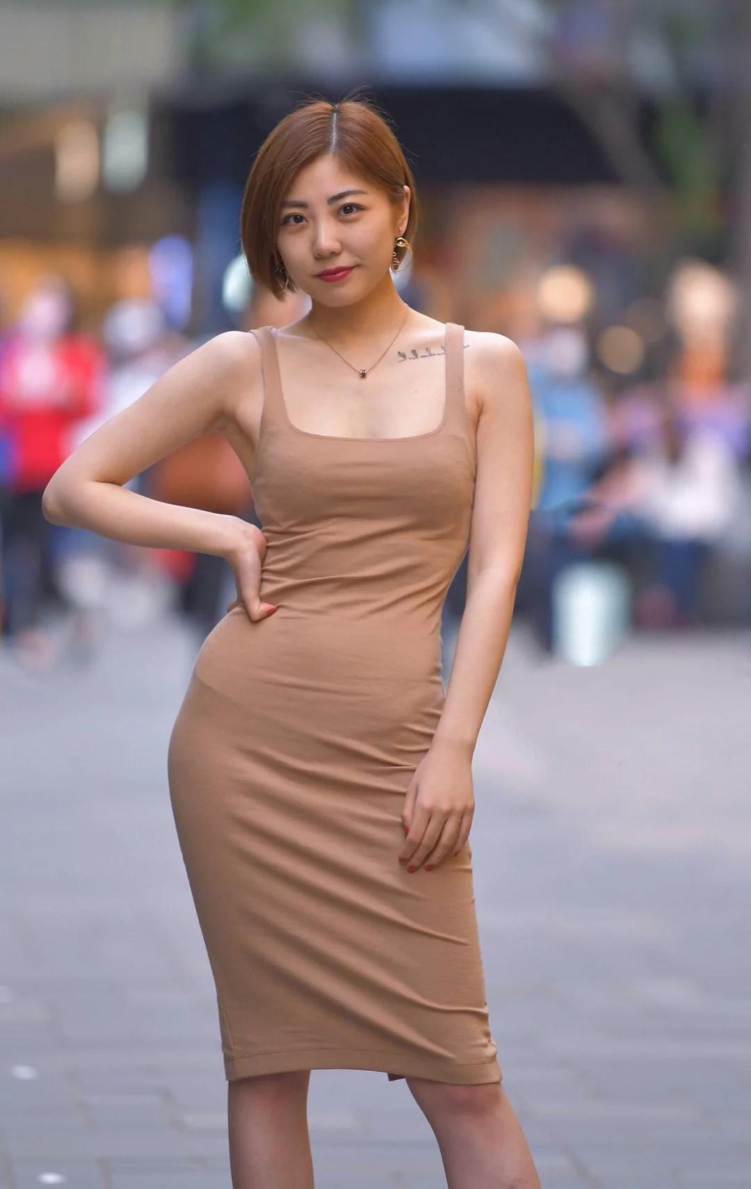 meinuse_咖色的吊带长裙,尽显美女成熟的气质.