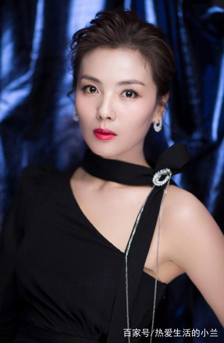 刘涛优雅的发型,身穿黑色斜肩晚礼服小露香肩大气优雅,立体的五官精致