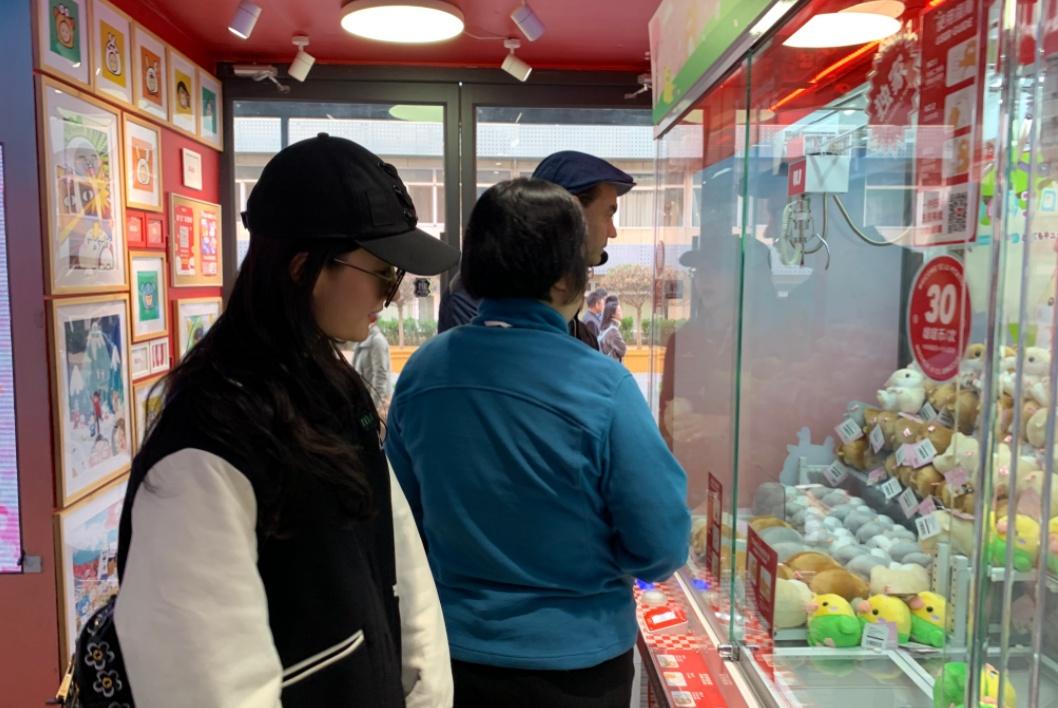 网友商场偶遇刘亦菲,抓到仓鼠布偶,站在夹娃娃机旁笑开花