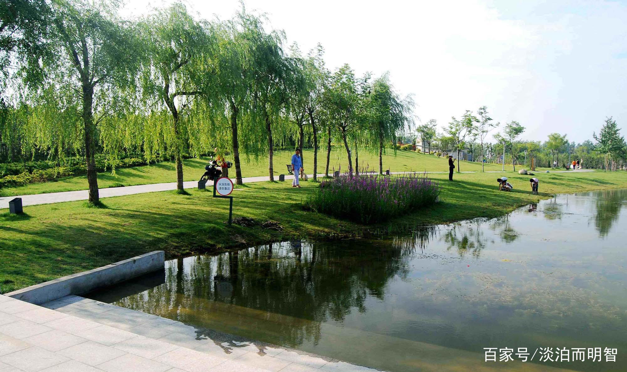 雪枫公园是为纪念以彭雪枫将军为主的老一辈革命家而建设的一座集纪念瞻仰、爱国主义教育、国防教育及市民休闲等多种功能于一体的大型城市公园。  雪枫公园是宿迁市规模最大的爱国主义教育基地。  雪枫公园建成于2007年9月,占地320亩,分为纪念瞻仰、水景游览、励志教育和配套服务等四大功能区。