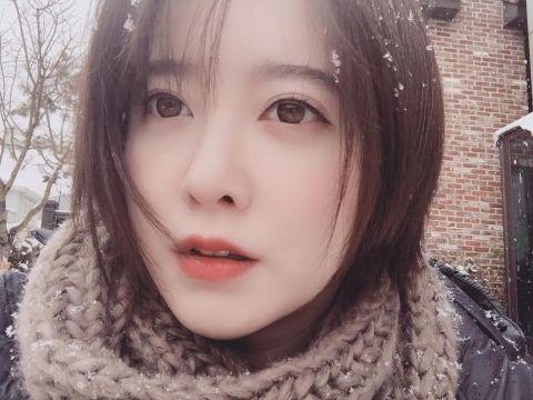 在个人社交平台晒出自拍照,照片中具惠善在室外赏雪,短发俏皮可爱.图片