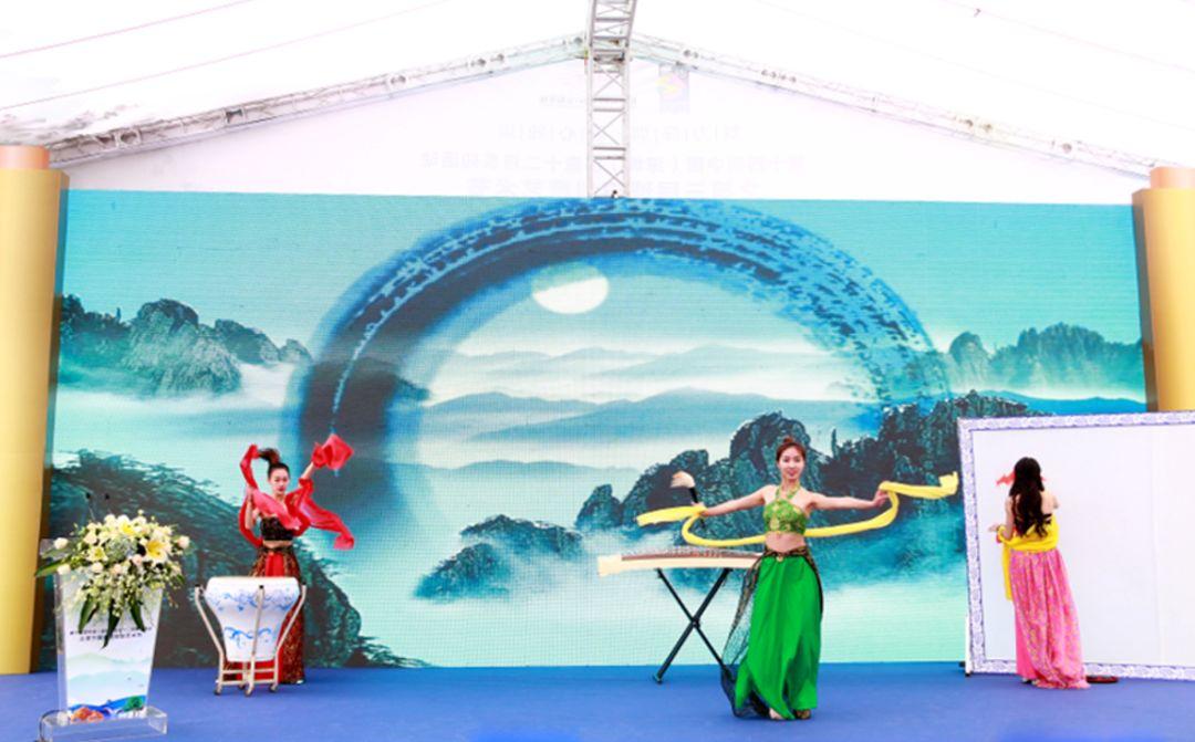 第十四届深圳创意十二月之第三届松岗琥珀创意艺术节开幕现场创意节目表演