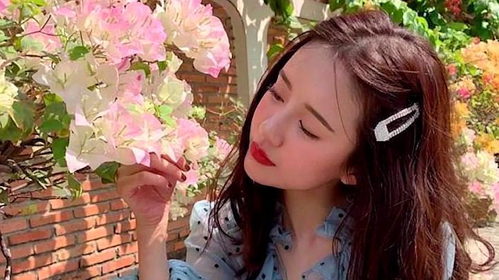 张子萱不再低调,跟陈赫带女儿一家三口游玩迪士尼,满满的少女味