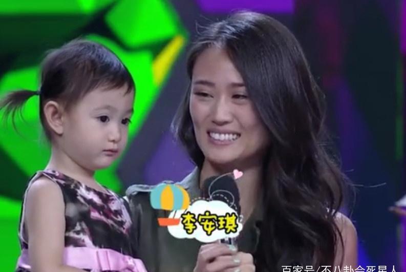 """李小鹏回应老婆安琪""""不说中文"""":不会看不会写,正在学"""