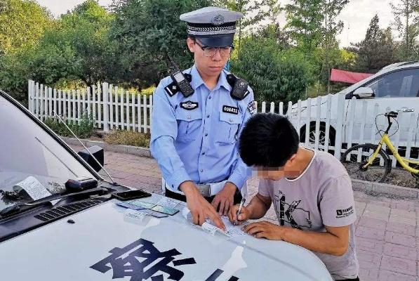 撞坏公路设施千万别走,走就是肇事逃逸,拘留罚款扣12分你怕不怕