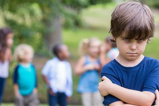 孩子若出现这4种表现,说明内心自卑了,对照下你家的有没有?