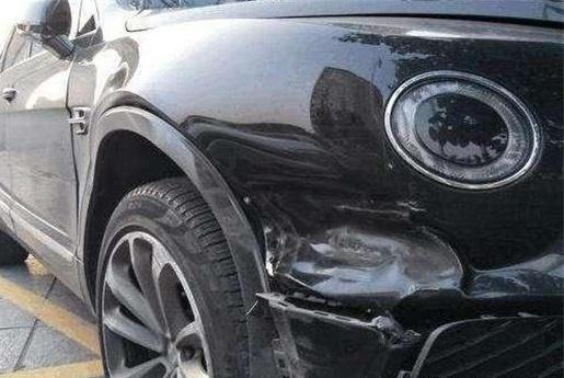 车子都是划痕了,老司机却从不维修?修理店:这才聪明
