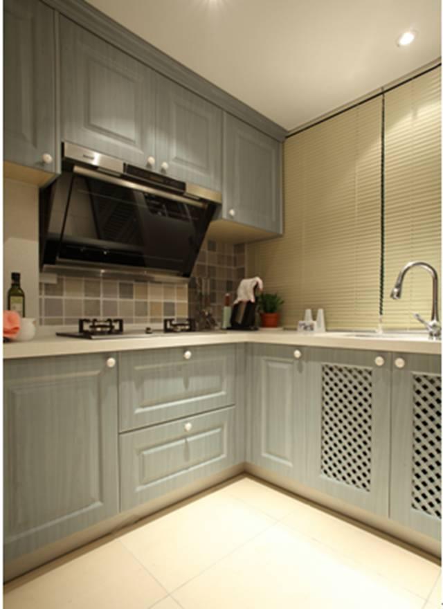 户型:3室2厅 装修风格:美式 装修方式:小全包 使用面积:100 硬装材料:15w 软装材料:5w 原始结构图:  平面布置图:  客厅:  实木的家具和地板,铁艺的灯具,达尔文笔记挂画,完美的诠释了美式中特有的情调。  餐厅:  经过墙体的改动,是冰箱完美的和餐边柜结合在了一起,减少了冰箱的体积给空间带了的压力,同时也方便了生活,餐厅边上折叠百叶窗的设计增加了空间的灵动。