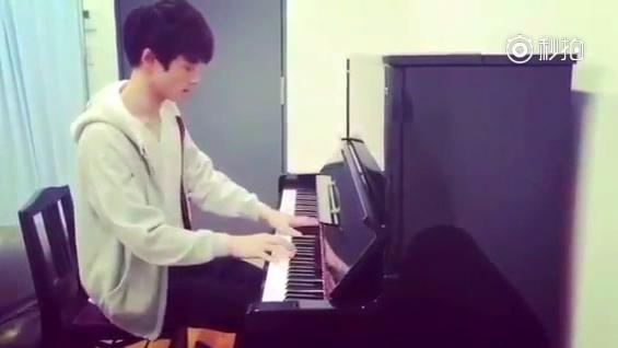 坂口健太郎 弹钢琴