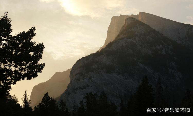 這張照片里的大山風景獨特,山勢高聳,有一種獨特的魅力!