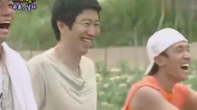 李孝利开心哈哈笑:朴艺珍跑哪去了 自己也狼狈不堪却玩的开心