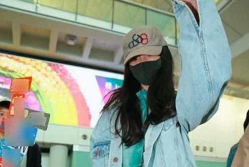 杨幂婚后首公开见返港见女儿,面对记者拍摄略显无奈,疲态尽显