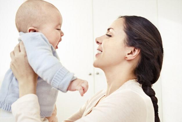 宝宝什么时候可以竖着抱,两个月龄的竖抱会不会影响脊柱发育?