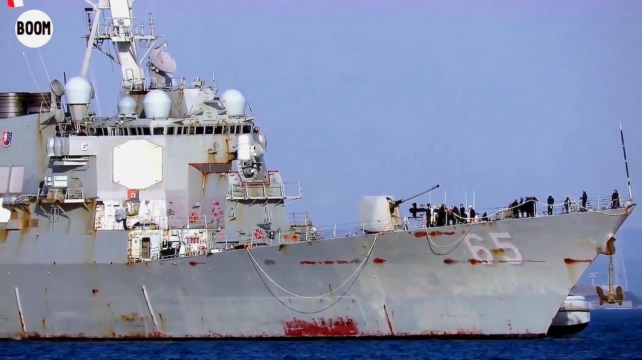 美国现役宙斯盾驶入日本横须贺港,浑身锈迹斑斑