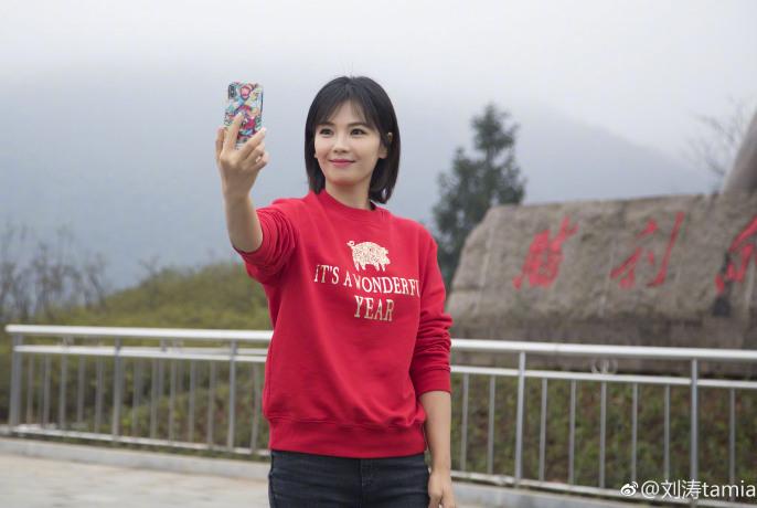 刘涛现身农村做公益,捧海碗喝汤给绵羊剪毛,一身红袄太接地气